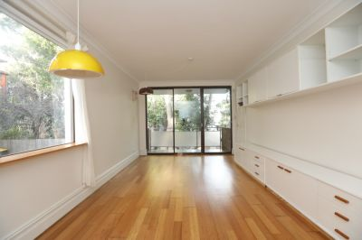 2 bedroom, Light Filled Apartment w/ Beautiful Leafy Views