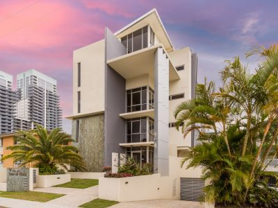 Whole floor beachside apartment in heart of Broadbeach