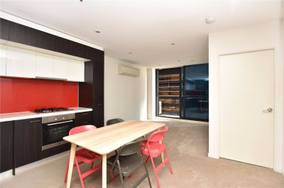 Spacious Fully Furnished Three Bedroom Apartment in the Heart of Melbourne!