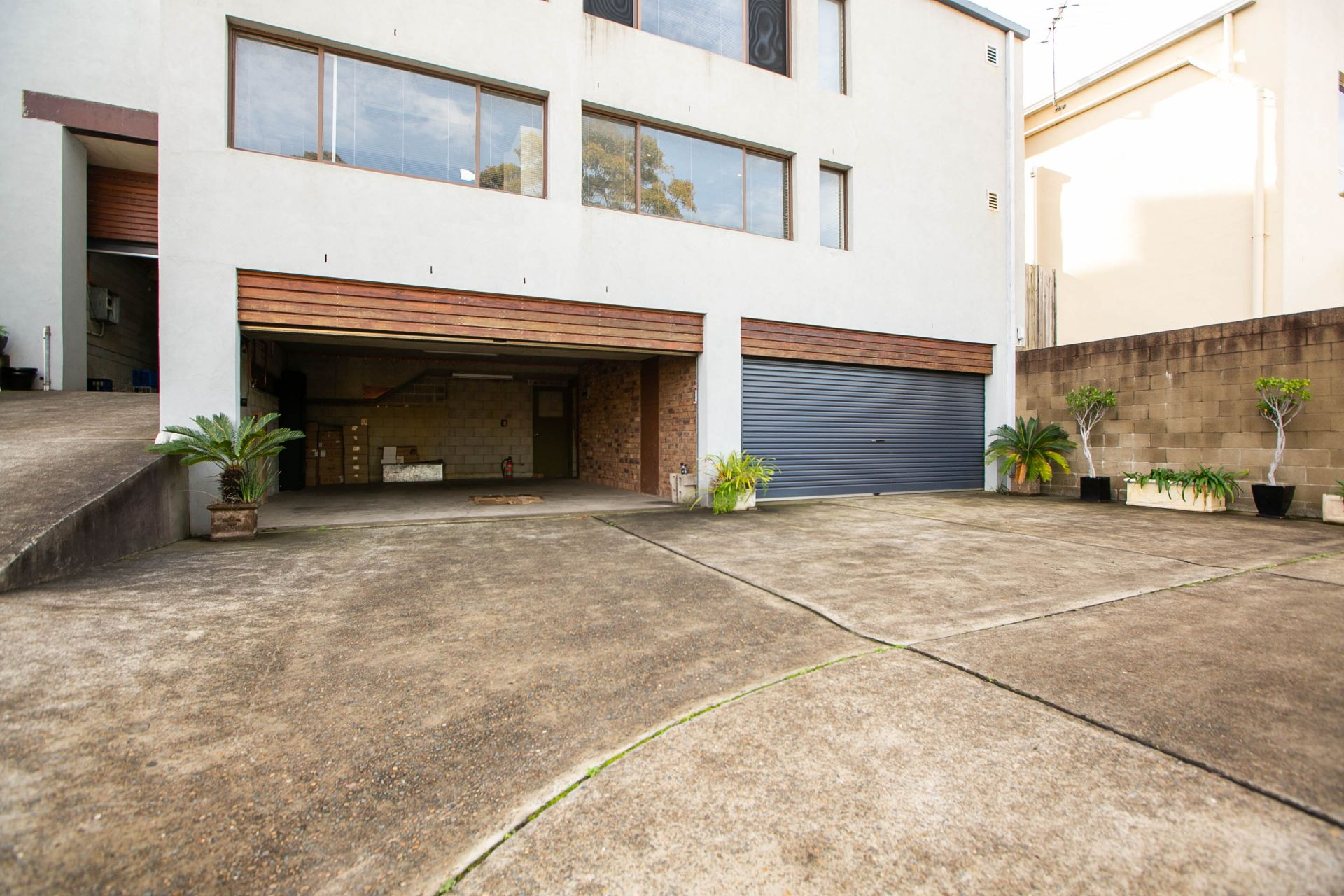 DOUBLE GARAGE FOR LEASE