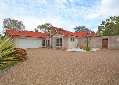 BRIGHT AND SPACIOUS FAMILY LIVING ON AN ACRE WITH A POOL!