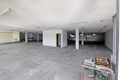 Large Showroom/Retail with large storage area