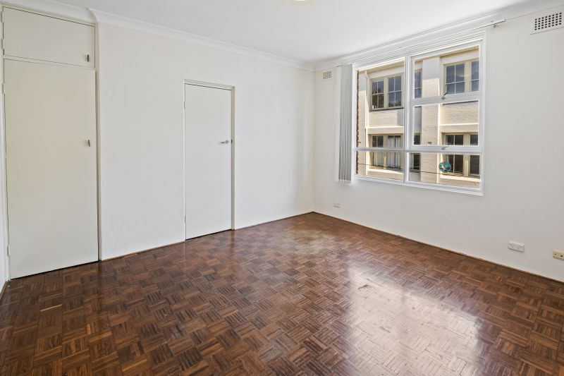 Bright And Airy Apartment On Prized Top Floor In Perfect Village Location-A Cat Friendly!