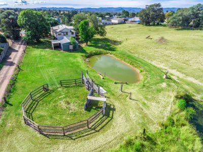 Huge Queenslander- 3 Acres- Mountain views- Close to Town