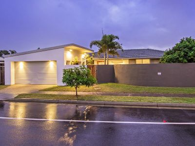 BEACHSIDE STUNNER - JUST 800M STROLL TO THE BEACH - FEEL THE SAND BETWEEN YOUR TOES!