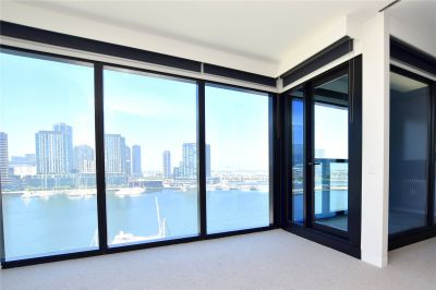 Marina Tower: Stunning One Bedroom Apartment in Melbourne's Landmark Building!