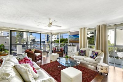 Huge Beachside Apartment with Ocean Glimpses!