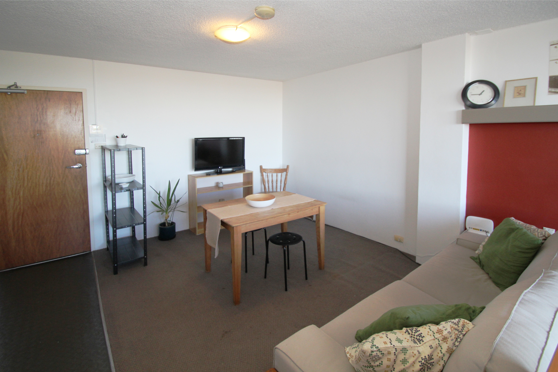 BRIGHT FURNISHED STUDIO RIGHT IN THE HEART OF BONDI JUNCTION!