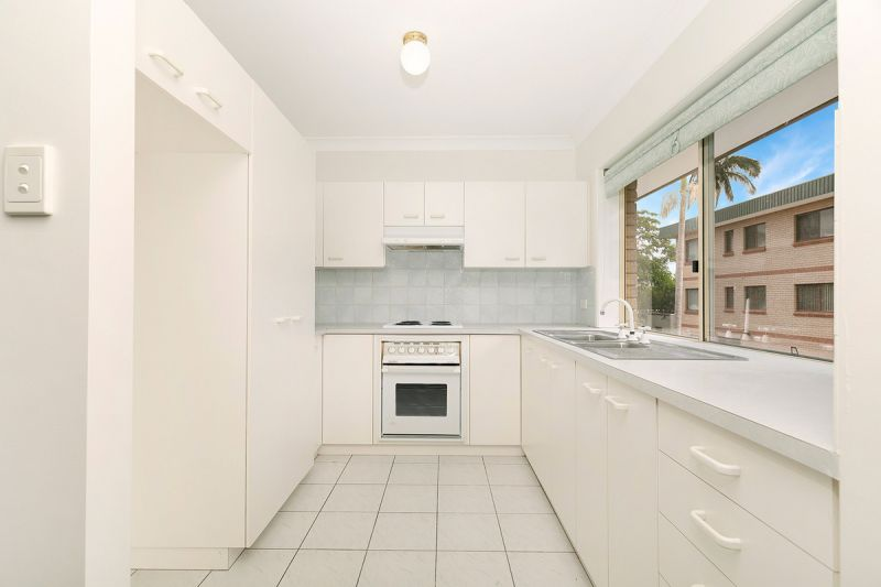 RECENTLY REFURBISHED, OVERSIZED UNIT WITH SLUG IN THE HEART OF HAMILTON