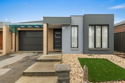 Modern 3 Bedroom Home - Manor Lakes