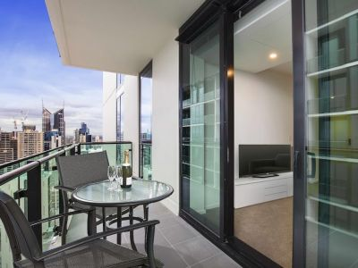 High Up on the 42nd Floor - NEAR NEW 1 Bedroom with Fantastic Building Facilities!  L/B