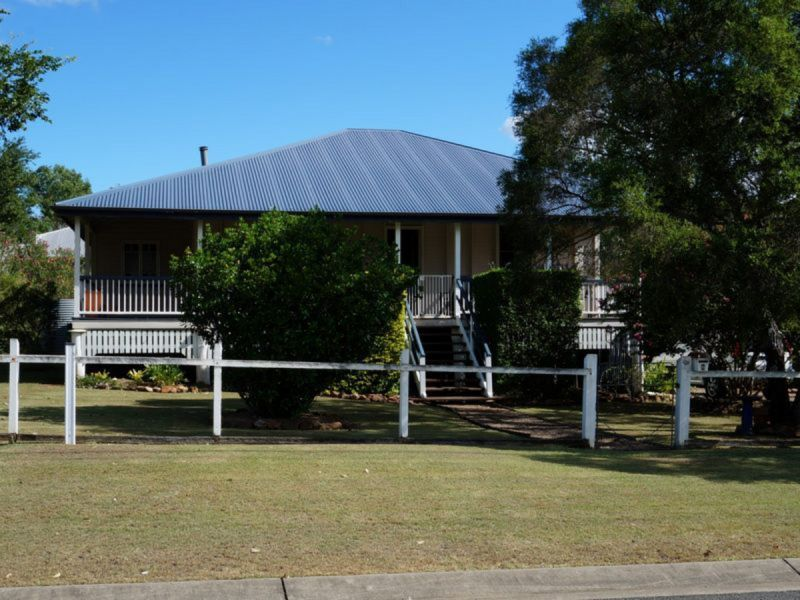 3 BEDROOM QUEENSLAND BEAUTY WITH MASSIVE YARD AND FIREPLACE