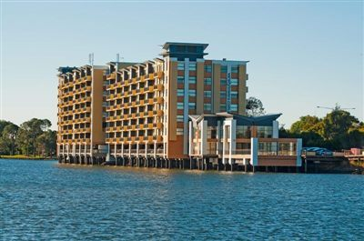 LAKE FRONT SPACIOUS 2 BEDROOM APARTMENT