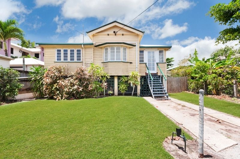 This great highset Queenslander is perfectly situated within 5 minutes to Cairns CBD and all.