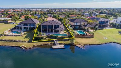 Stunning Lakefront 60sq Family Home with 4/5 Bedrooms! Room for everyone!