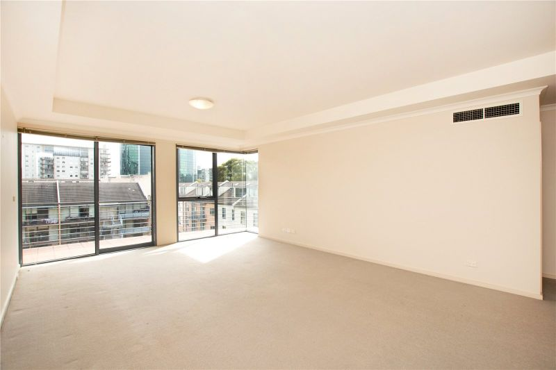 Southbank Royale: Stunning Two Bedroom Apartment with a Car Space!