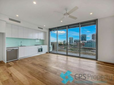 TOP FLOOR RESIDENCE COMMANDING EXPANSIVE CITY & DISTRICT VIEWS