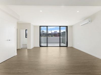 Luxurious Apartment with Large Courtyard!