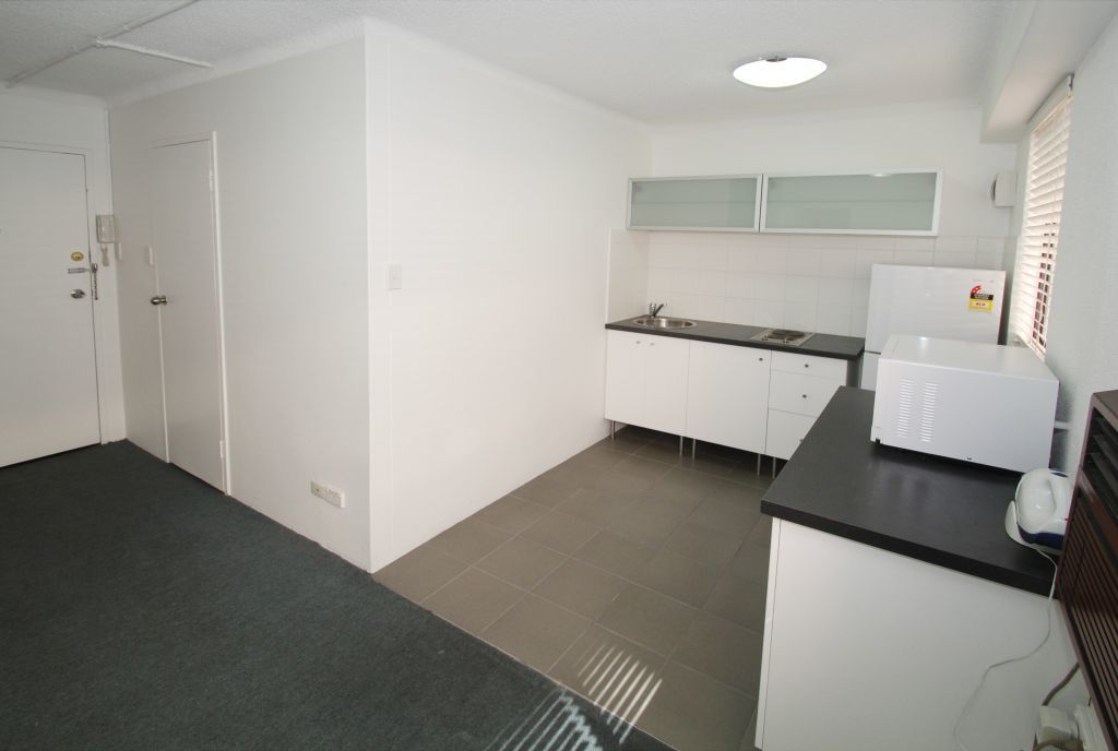 RENOVATED ONE BEDROOM APARTMENT RIGHT IN THE HEART OF BONDI JUNCTION!