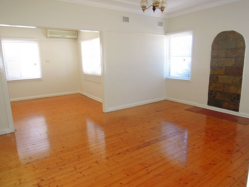 GREAT FAMILY HOME - WALKING DISTANCE TO REVESBY CBD
