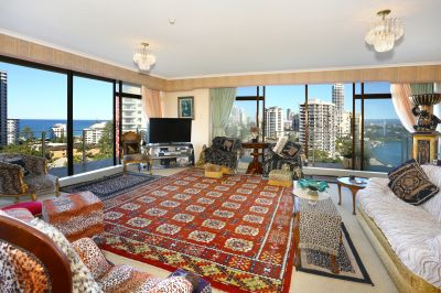 Large Spacious Corner Unit With Stunning Views - Walk To The Beach