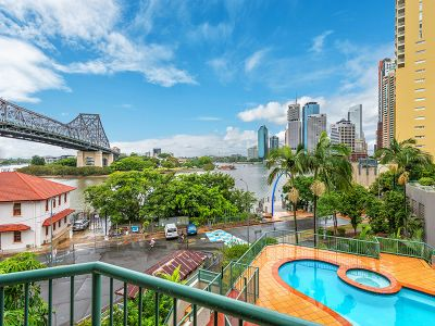 2 BED UNIT WITH BEAUTIFUL RIVER & STORY BRIDGE VIEWS