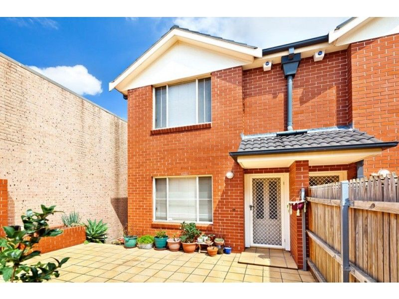 Attractive & Spacious 3 bedroom townhouse - FIRST OPEN HOUSE 24 APRIL 2021