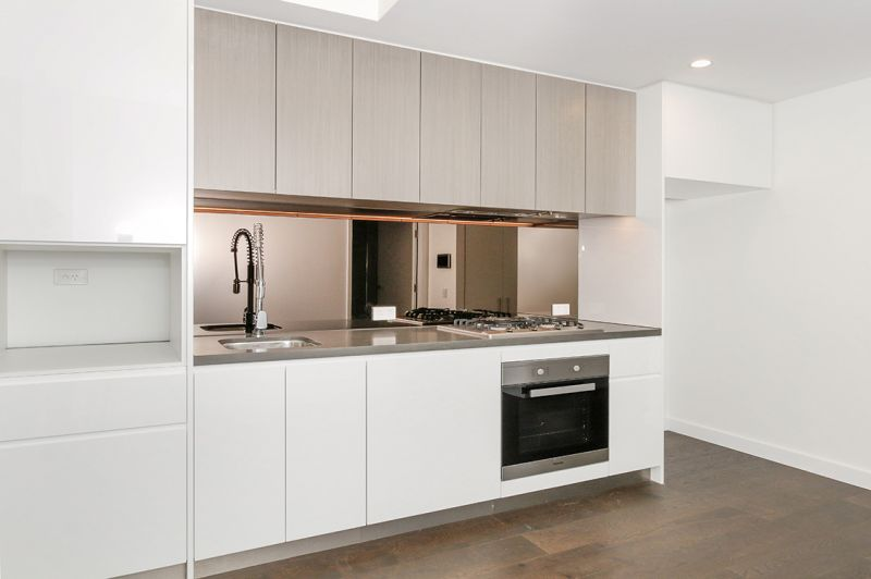 Ultra Modern Apartment - Just a stroll to cafes, trains & with a car space provided!
