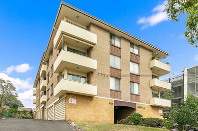 TOP FLOOR APARTMENT WITH DISTRICT VIEWS AND SECONDS TO ALL AMENITIES
