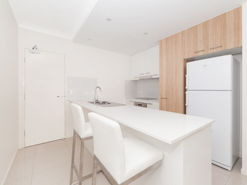 TOP FLOOR INNER CITY LIVING - AT IT'S BEST WITH CITY VIEWS